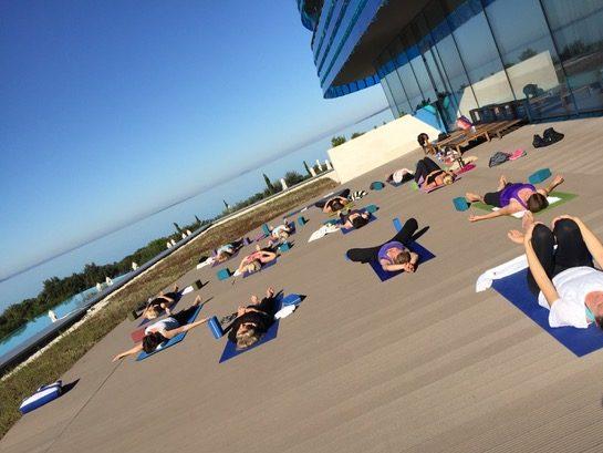 Studyo Yoga Reisen Yoga am Meer Terrasse Yoga