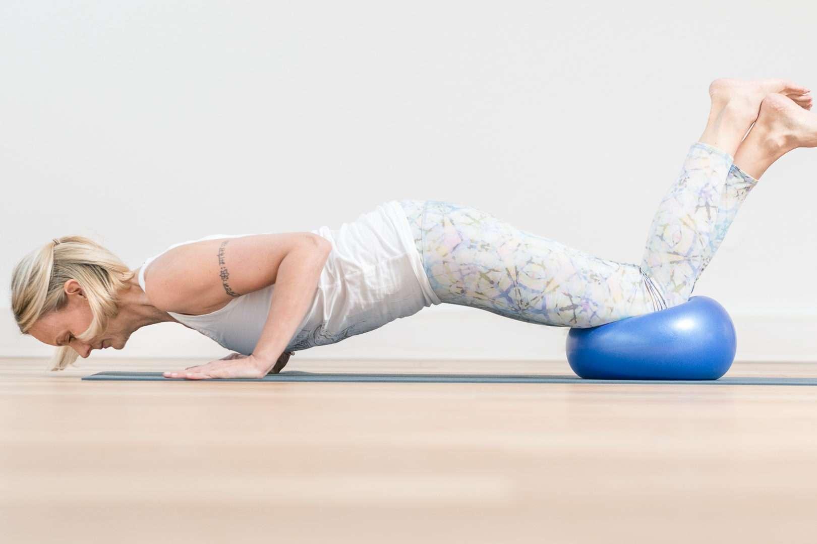 Achtsame Fitnessübung mit dem eigenen Körpergewicht und einem Gymnastikball