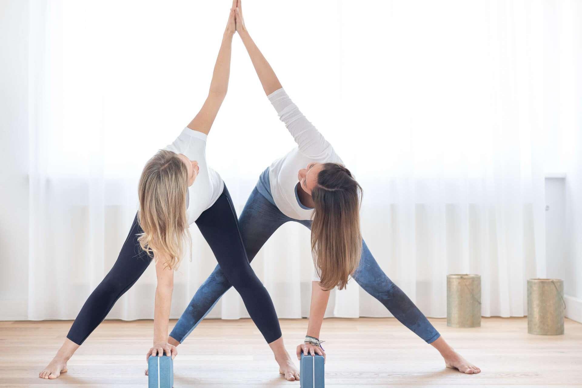 Achtsame Fitnessübung zu zweit