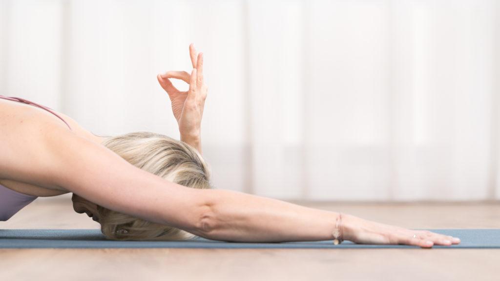 Lisa Schopp zeigt eine Yoga-Position für Anfänger